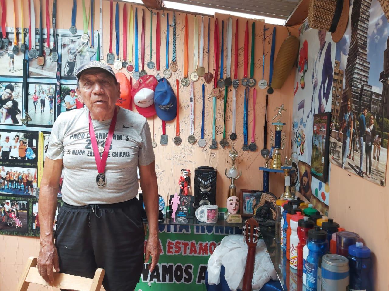El Puma con sus 79 años de cantante y atleta